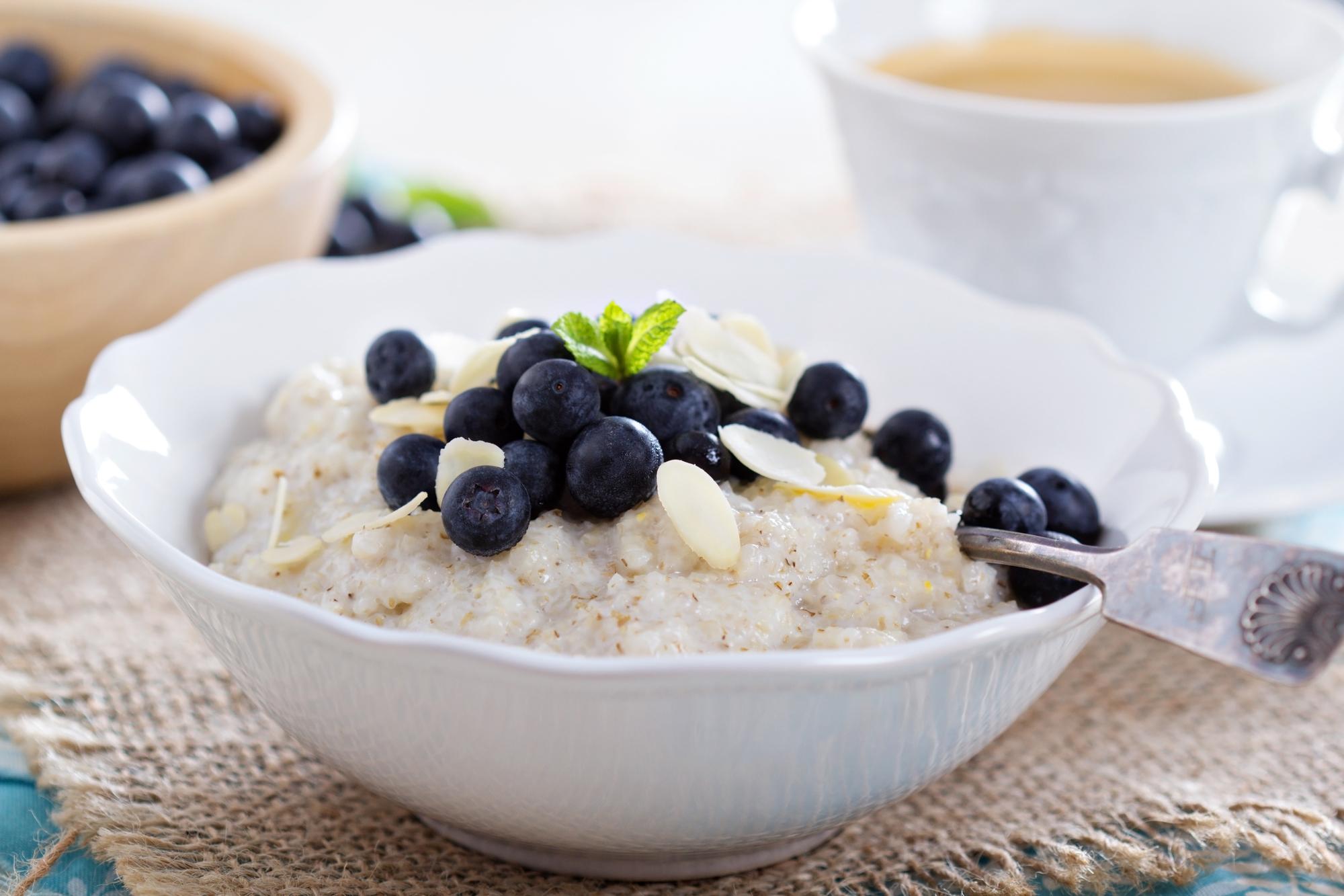 warm-porridge-with-blueberries